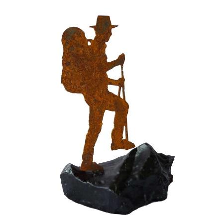 Bergsteiger Kunstobjekt aus Metall in lackiertem Naturstein