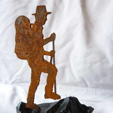 Wanderer Objekt aus Stahl mit Rostpatina