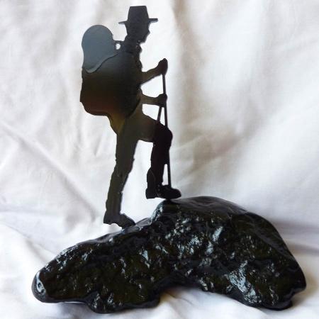 Bergwanderer Stahlobjekt mit lackiertem Naturstein