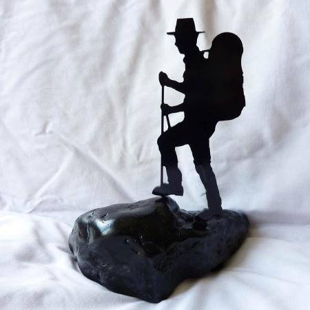 Bergwanderer Stahl in Stein schwarz lackiert