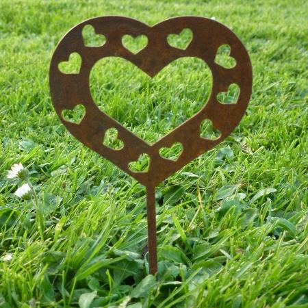 Stahlherz mit kleinen Herzchen