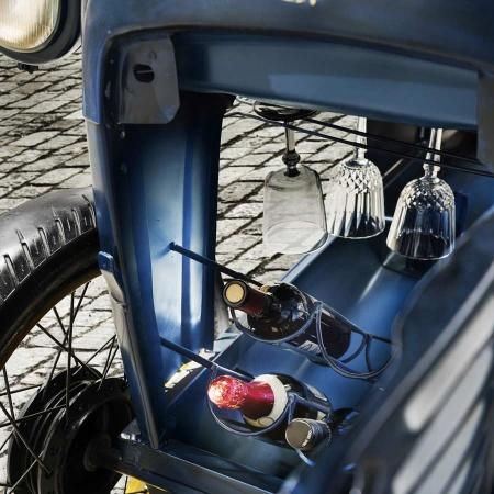 Oldtimer Traktor Bar mit Glas und Flaschenhalterung