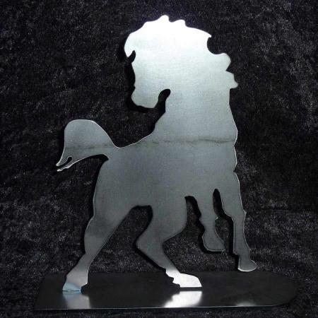 Pferd aus Stahl mit Standfuss