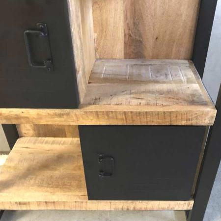 Industrial Regal schwarze Metalltüren Irok gebürstetes Mango Holz