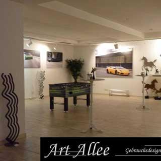 Kunstraum mit Metallobjekten und Autos auf Leinwand bei Art Allee