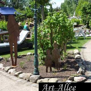 Metallfiguren  Menschen im Garten